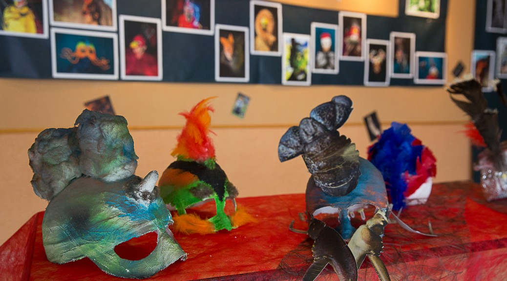 Masques et photographies pour l'inauguration de l'exposition